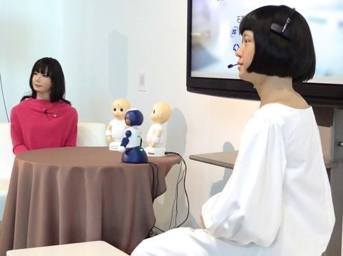 Japanese androids Otonaroid (left) and Kodomoroid (right) hold a press conference at the Miraikan technology museum in Tokyo on Tuesday, introducing tabletop conversation robots developed by the Japan Science and Technology Agency, Osaka University and Vstone, an Osaka-based robot firm.